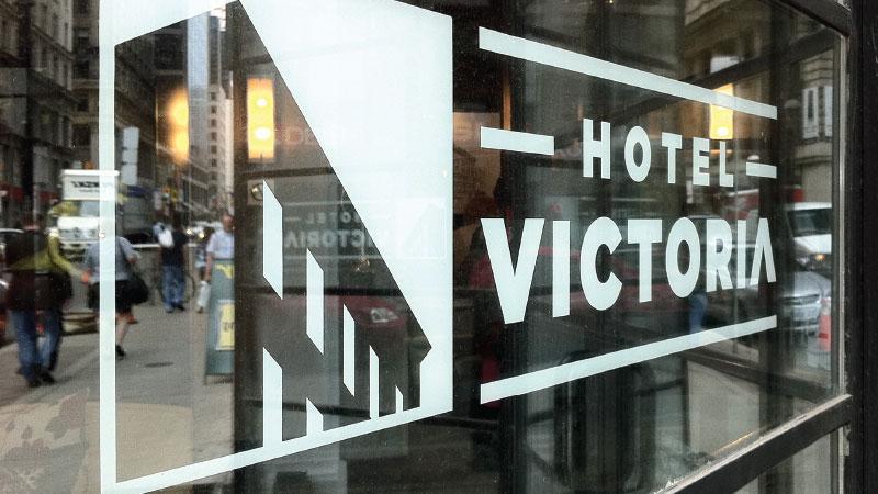 portfolio_hotel_victoria_sign_01_800x450